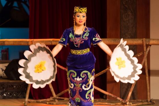 Танцем Датун Джулуд на Борнео приветствуют гостей