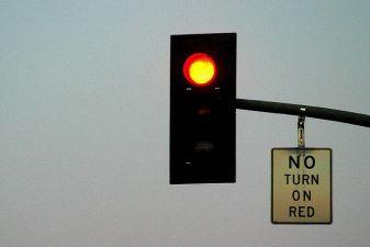 Знак– нет поворота направо на красный свет