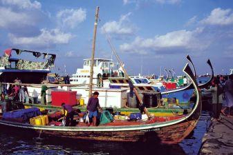 Мале фото – Лодки дхони на пристани Мале