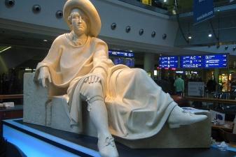 Статуя Гетте в терминале аэропорта