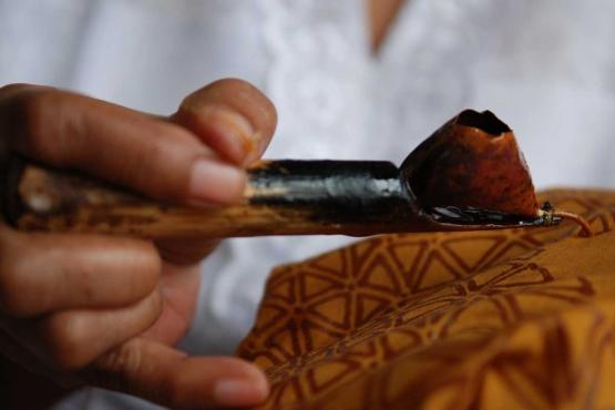 Нанесение рисунка на батик
